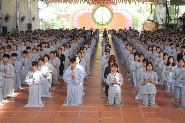 Mùa hè giới trẻ về chùa học Phật