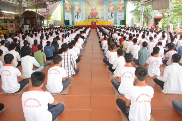 Gần 400 sinh viên về chùa Từ Xuyên tu một ngày
