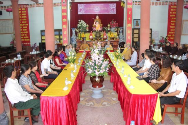 Hai bạn trẻ làm lễ hằng thuận tại chùa Thánh Long
